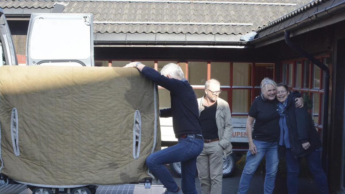 Hellstrøm Piano & Flygel leverte det nye pianoet til Granvin kulturhus sist tysdag. Hans Petter Høie, Randi Nordskog og Gro Aase Rue.