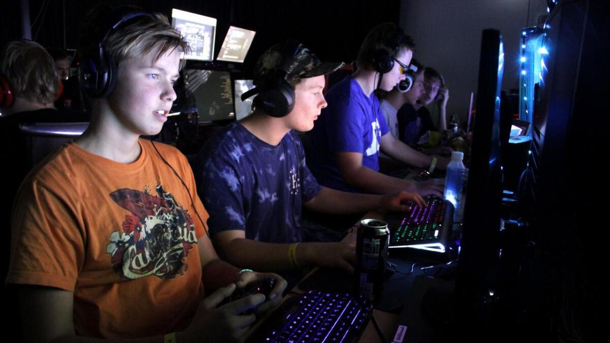 Sindre Nilen, Nikolai Kittilsen og Halvar Andreas Nilssen spiller krigsspill til den store gullmedalje. De holder seg våkne med energidrikk og mye snop.