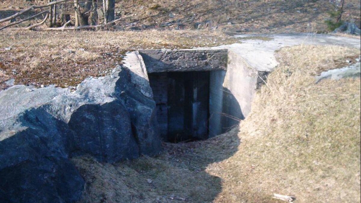 Det er ikke mange restene igjen etter kystfortet, men så var det aldri så utbygd som fortet på Justøya. Her en kommandobunker.   Fra agderkultur.no