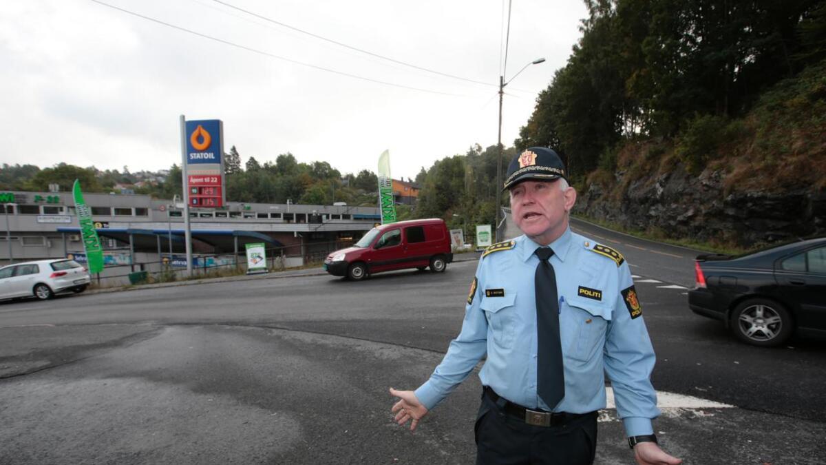 Politistasjonssjefen i Kragerø Øystein Skottmyr på åstedet hvor en av kommunens ansatte ble funnet død på jobb lørdag.
