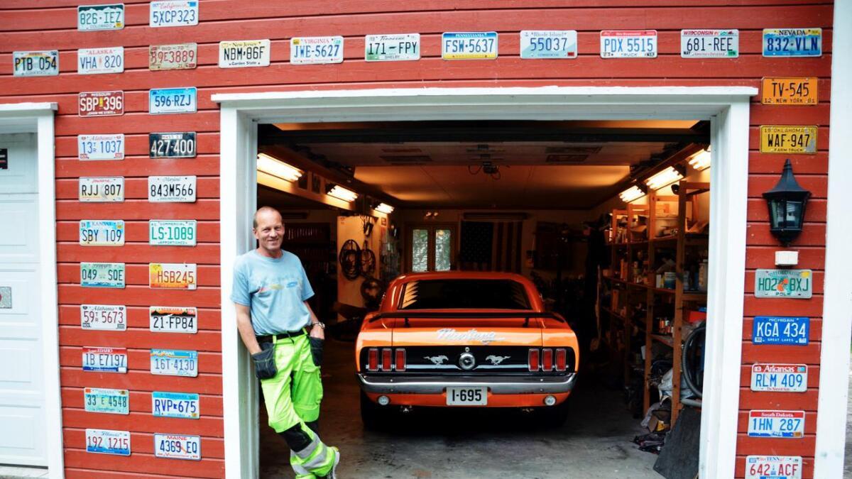 Amerikanske minner fra alle stater pynter opp rundt garasjeportene til John Lien.