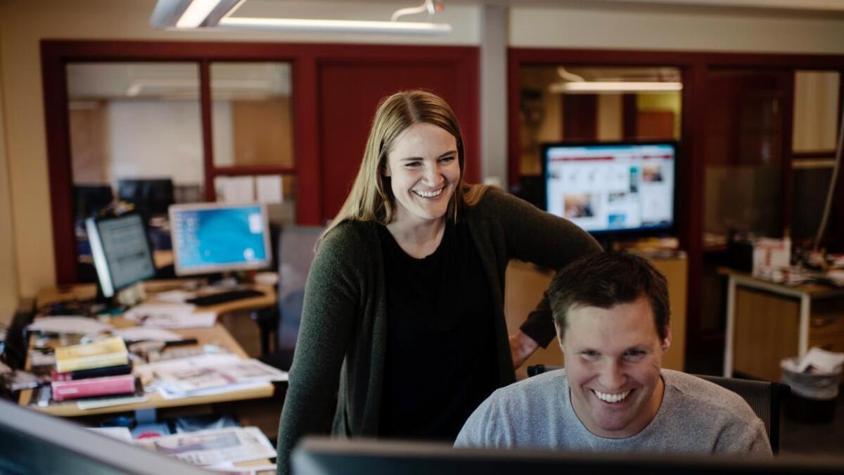 Lillian Holden, 32, er tilsett som ny ansvarleg redaktør i Hallingdølen. Ho tek til i stillinga i haust. Her står ho saman med arbeidskollega og mediegrafikar Jarle Stanes, også han har bakgrunn som målvakt for Hallingdal FK.