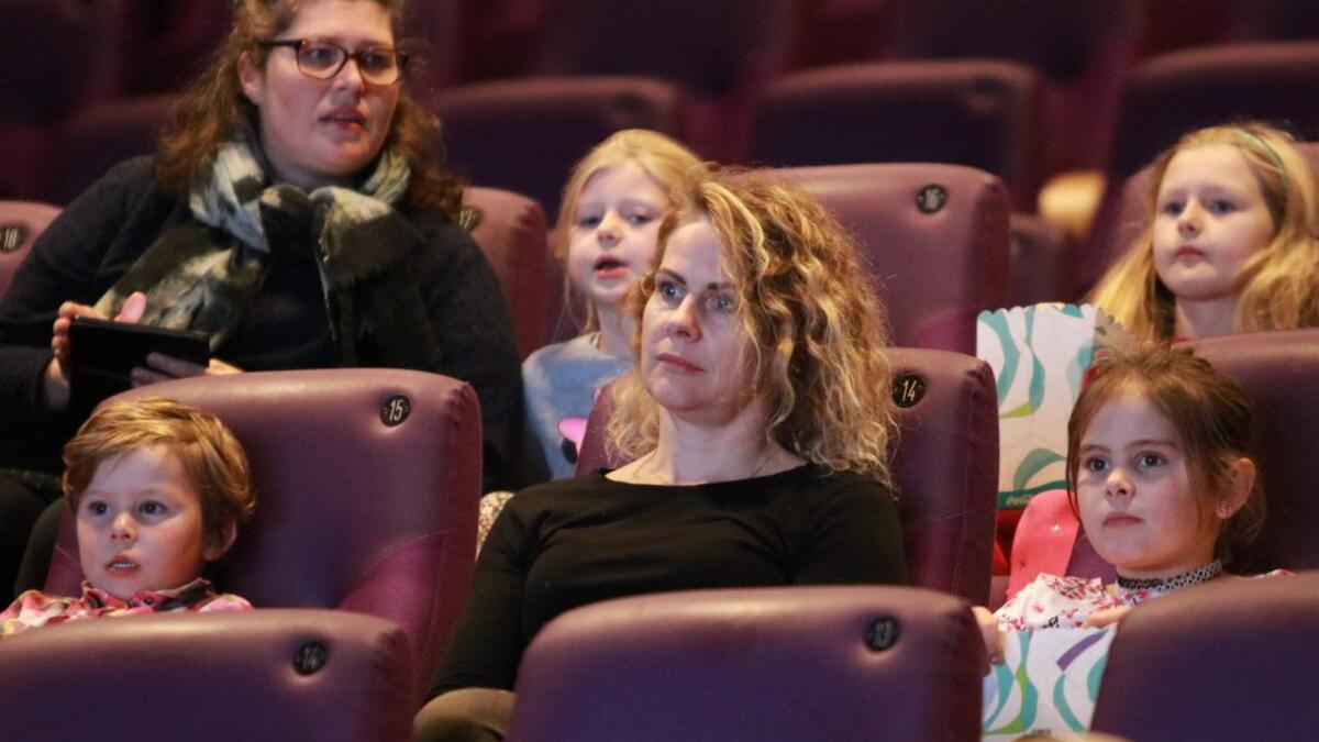 Storm (4, til venstre) og Karen Turner (8) på Den store kinodagen saman med mamma Katrin Sigurdadottir. Dei skal sjå Operasjon Mumie.