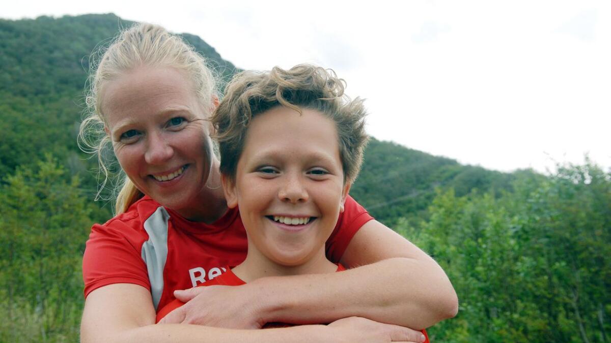 Benjamin Baksaas (12) og mamma Lotte skulle konkurrere om hvem som løp raskest. Det ble Benjamin, fortalte de vel nede.