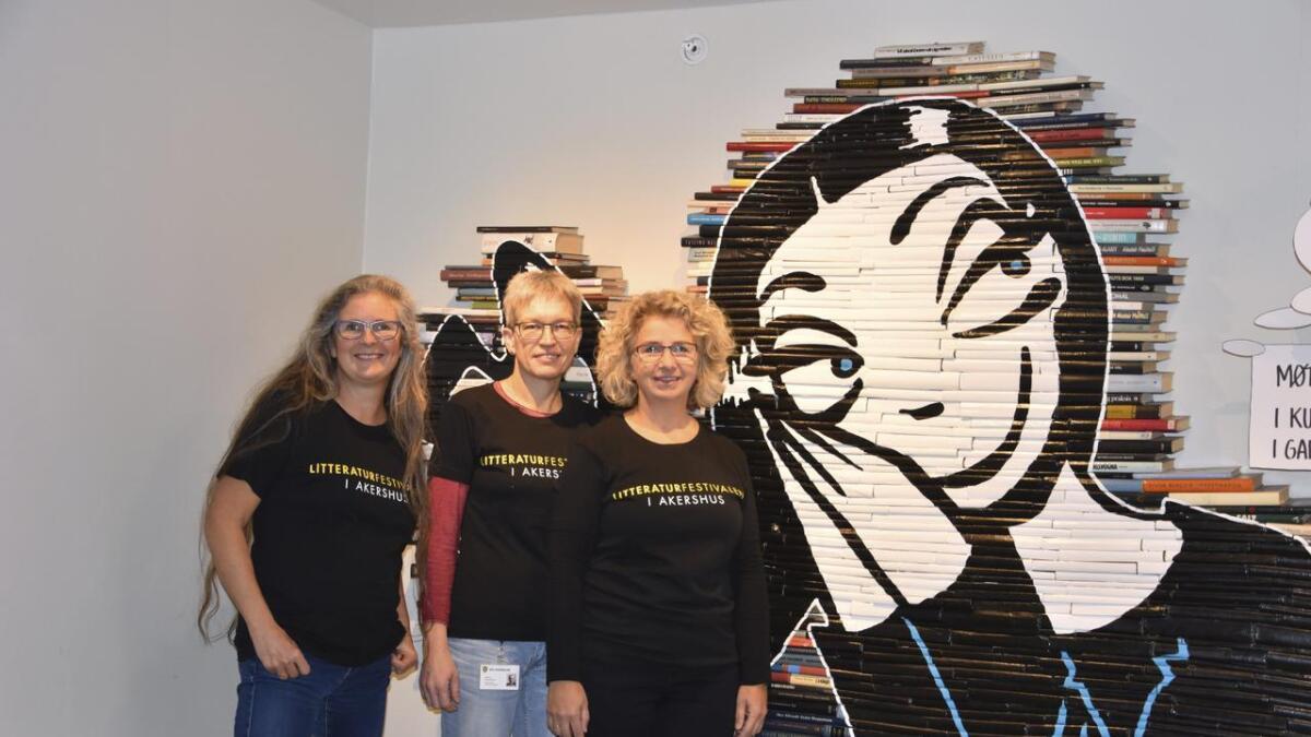 Elisabeth Stabell (f.v.), Monica Skybakmoen og Elisabeth Kjensli Johansen i Nes bibliotek gleder seg til å ønske velkommen til årets utgave av Litteraturfestivalen i Akershus. De gleder seg spesielt til å ønske Lise Myhre og Nemi velkommen.
