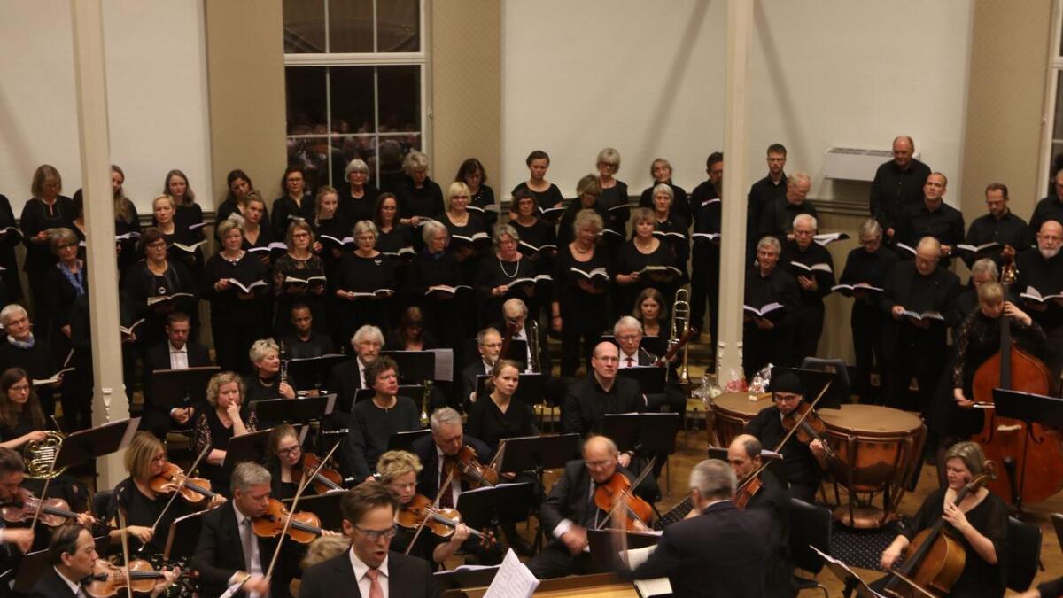 Orkesteret Fossegrimen og prosjektkoret er klare for nye førjolskonsertar i Nain. Biletet er teke under framføringa av Messias i 2017.