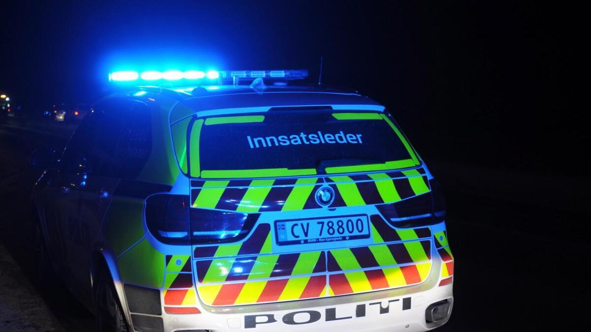 En person er sendt til Ahus etter at en bil kolliderte med et tre på Hvam tirsdag.