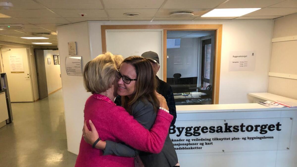 Her får Beate Skretting (H) gratulasjoner etter at det ble klart at hun blir ordfører i Grimstad.