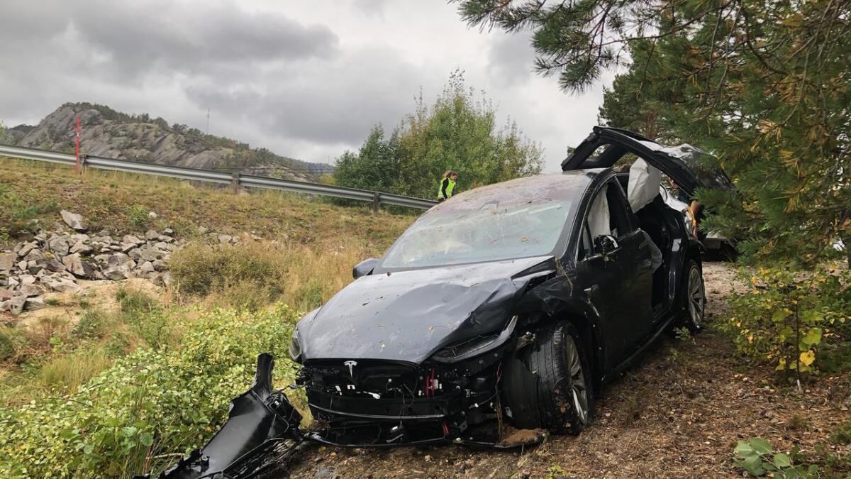 Teslaen har fått store skader i utforkjøringen. Her har den i det minste kommet seg på  land igjen.