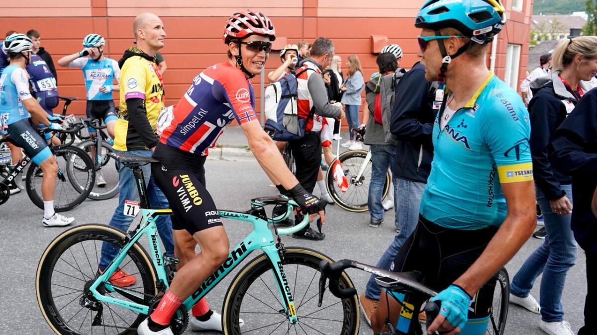 Amund Grøndahl Jansen skal sykle VM-fellesstarten i den norske mesterskapstrøya, her med Magnus Cort Nielsen (Astana) etter den fjerde etappen i Arctic Race of Norway.