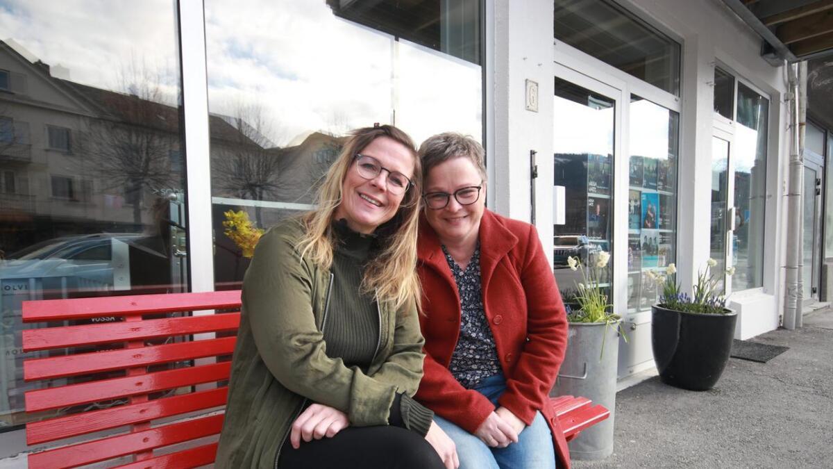 Festivalsjef Trude Storheim (t.v.) og hennar kollega Kari Trana gler seg til Vossa Jazz startar fredag.