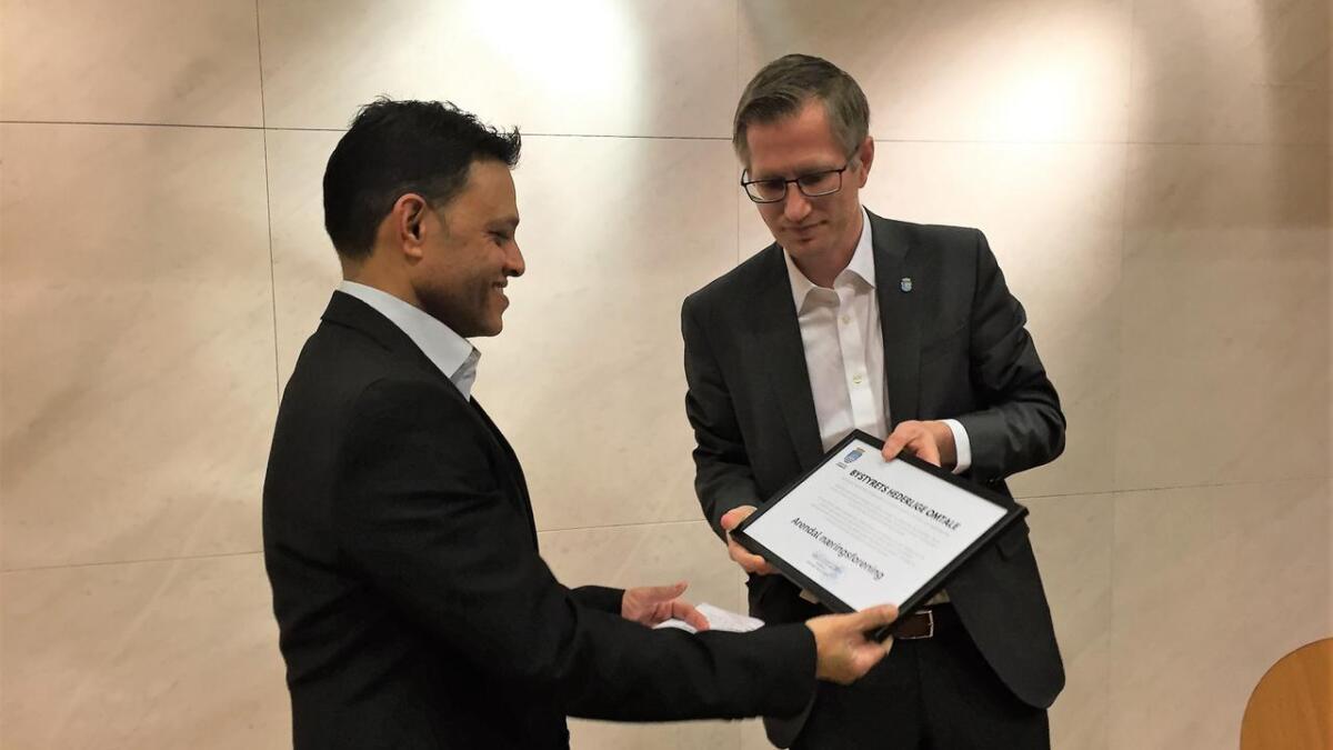 Arendals næringsforening, her ved daglig leder Morten Haakstad, fikk bystyrets hederlige omtale for november utdelt av ordfører Robert C. Nordli.