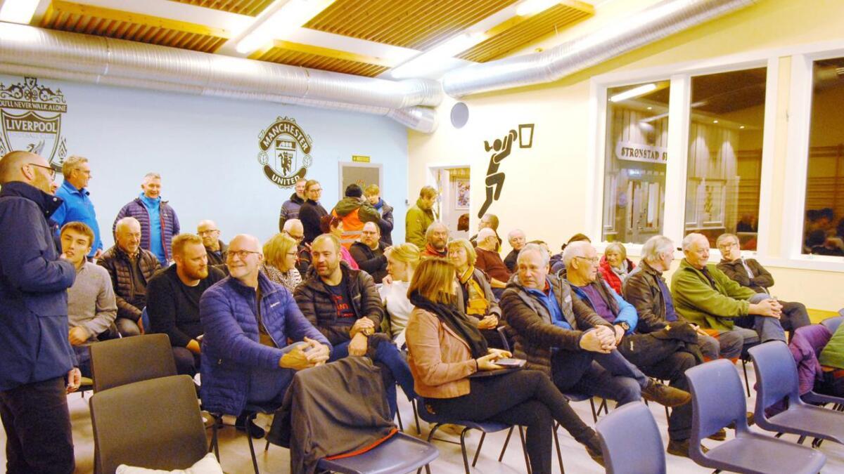 Gymsalen på Strønstad skole fylles fort opp når det er folkemøte på Strandlandet. (Alle