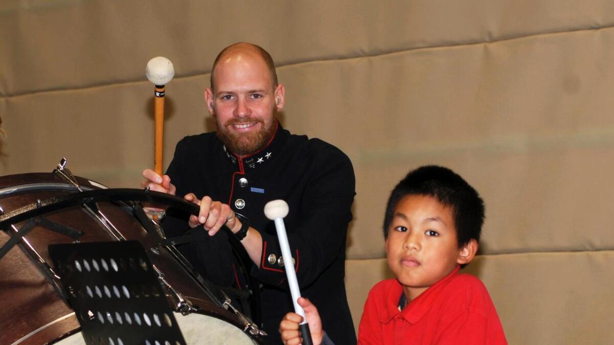 To dyktige korpsmusikere side om side. Josef Laymay (9) og oversersjant Erik Fossen Nilsen imponerte publikum under fredagens konsert i Lødingenhallen.