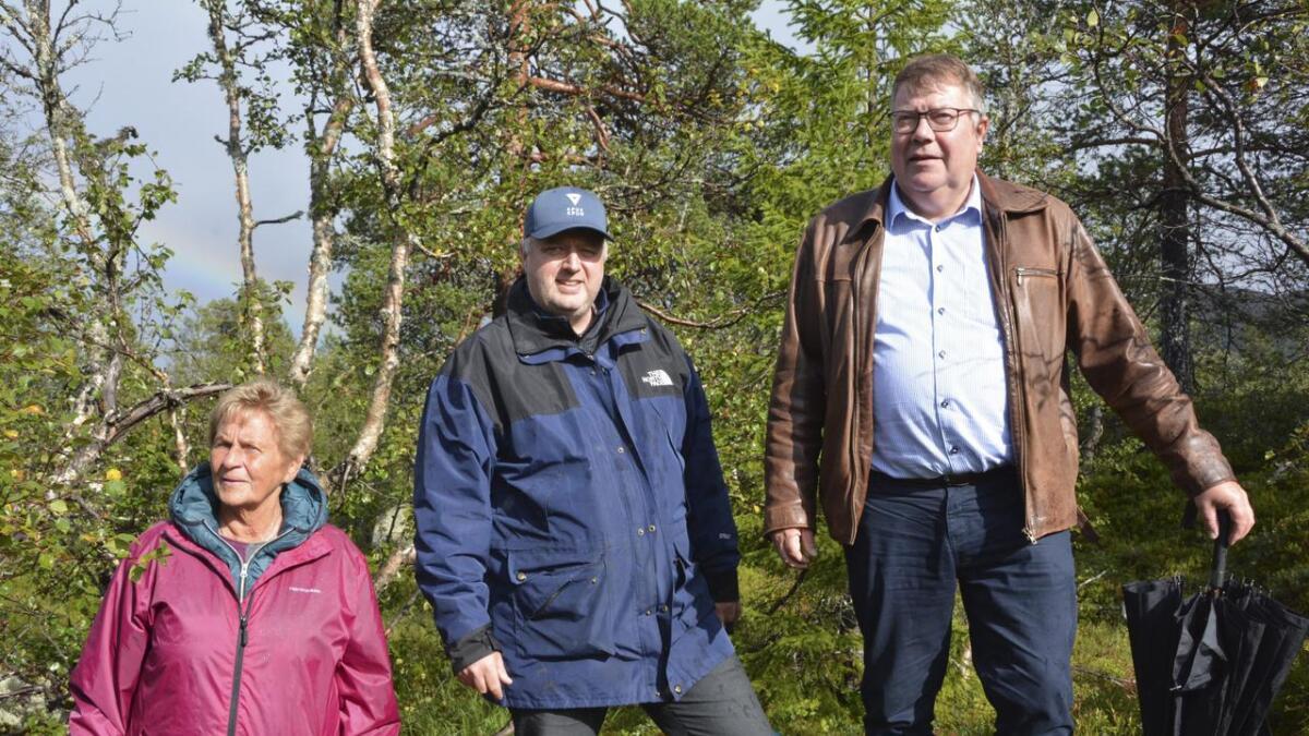 Gullbjørg Haugholmen (t.v.), Bjørnar Christensen og Olav Johre viser fram dei tre hyttetomtene fjellkyrkja har fått, og som dei nå skal selje. – Eit godt kjøp, meiner dei tre. BEGGE