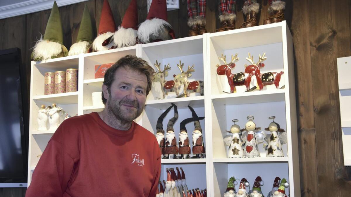 Martin Skovseth på Folvell gård har valgt å avvikle gårdsbutikken, og alt fra nisser til klær og ting og tang selges ut til halv pris.