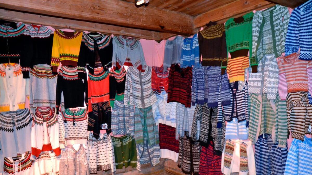 På veggene i Storstoga på Ose henger kofter, votter og andre strikkeplagg – i fleng.
