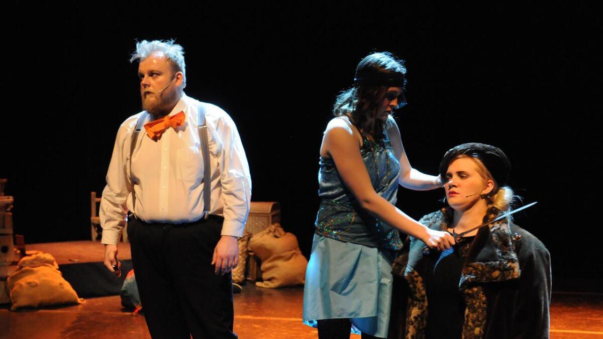 Det er mye dreping i Shakespears Macbeth. Her er et av drapene. Magnus R. Kristoffersen (t.v.) spilte Laddie Macbeth.Alle