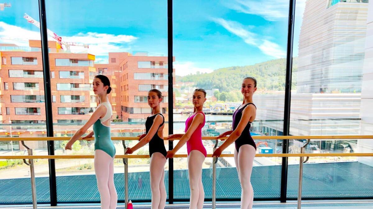 F.v. Ingrid Quarsten, Pernille Felldal, Sara Duesund Svendsen, Roda Alsted Jakobsen i gang med klassen i dansesalen på Operaen.