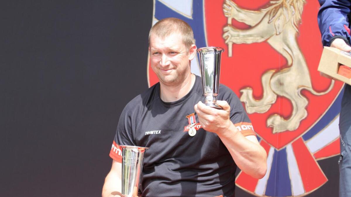Tor Arnfinn Homme fra Iveland kan stolt posere med kongepokalen etter sin andre feltseier i NM på rad.