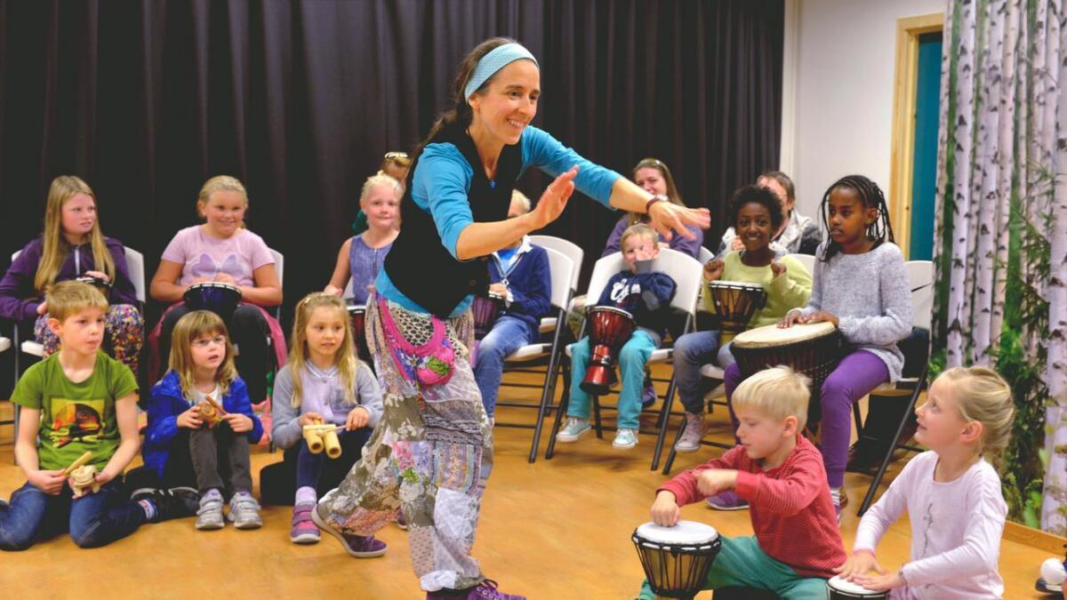 Kirsten Hirte- Milkereit fikk fort  barna med på de forskjellige rytmene.