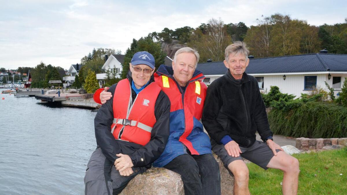 Tom Ravnaas (i midten) har drevet Fevik Maritime Leirskole siden tidlig på 80-tallet, og Erik Hult (t.h.) har nesten jobbet der like lenge. Nylig hadde de besøk av Efteløt skole fra Kongsberg, som har vært innom skolen årlig i mange år. På skolen jobber Arne Gulbrandsen som var på leirskolen for 14. gang. Det mener Tom Ravnaas må være norgesrekord.