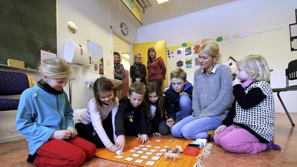 Ailin Langerød Dale (f.v.), Ida Bakke, Casper Andersen, Matilde Eikåsen Holtren, Benjamin Andersen, lærer Merethe Holen og Tina Langerød Dale på Kilebygda montessoriskole er en del av en ny trend i Skole-Telemark.