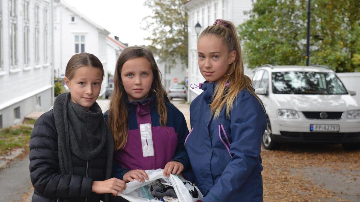 Oline Seterøy, Julie Hermansen Olsen og Kamilla Olsen håper flere vil bidra til å holde Lillesand ren.