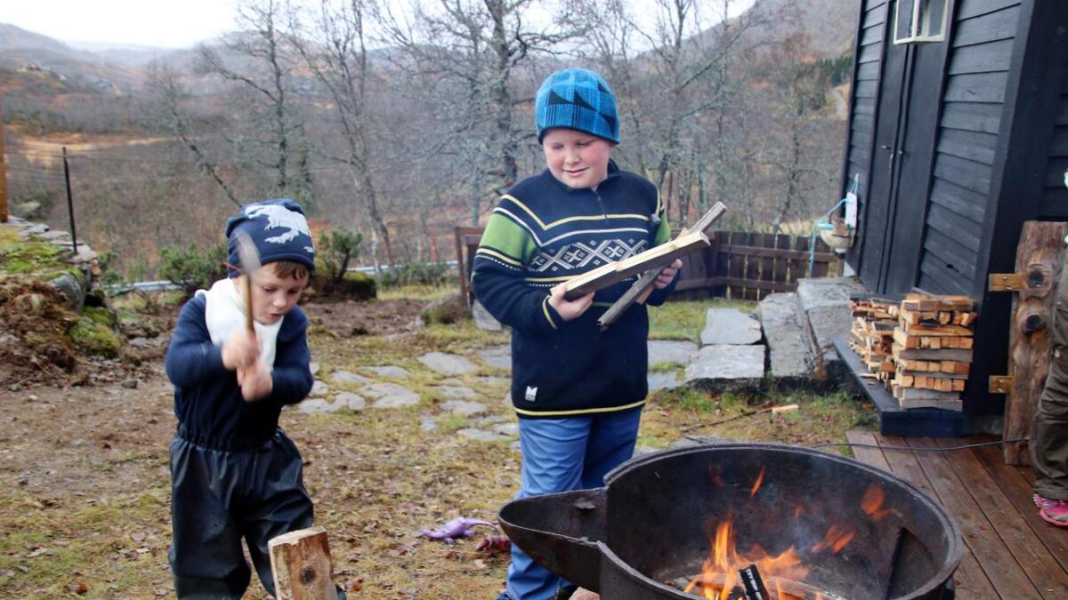 Olav (t.v.) og Elias hadde ein aktiv haustferie på Holeberg.