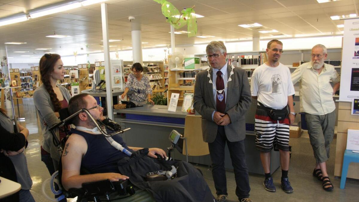 Funksjonshemmede John Tore Kolstad trives i fotoklubbens inkluderende miljø, og ordfører Arne Thomassen skrøt av Kolstads engasjement.