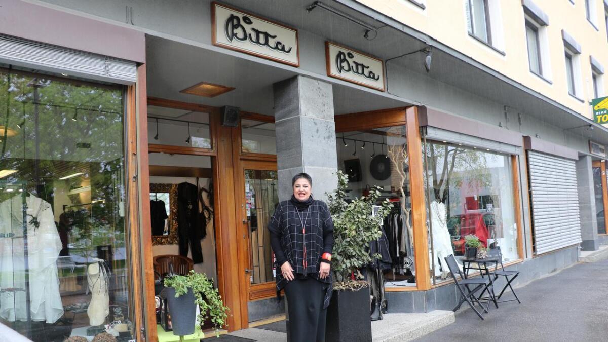Bitta har holdt til i Osebrostrøket i 35 år. Nå flytter butikken. Larissa Rognlien både gleder og gruer seg.