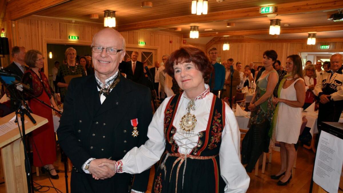 Fylkesmann Kari Nordheim-Larsen fikk æren av å overrekke ordenstegnene til Sigmund Groven, på vegne av Hans Majestet Kongen, i Heddal låvekyrkje onsdag. BEGGE
