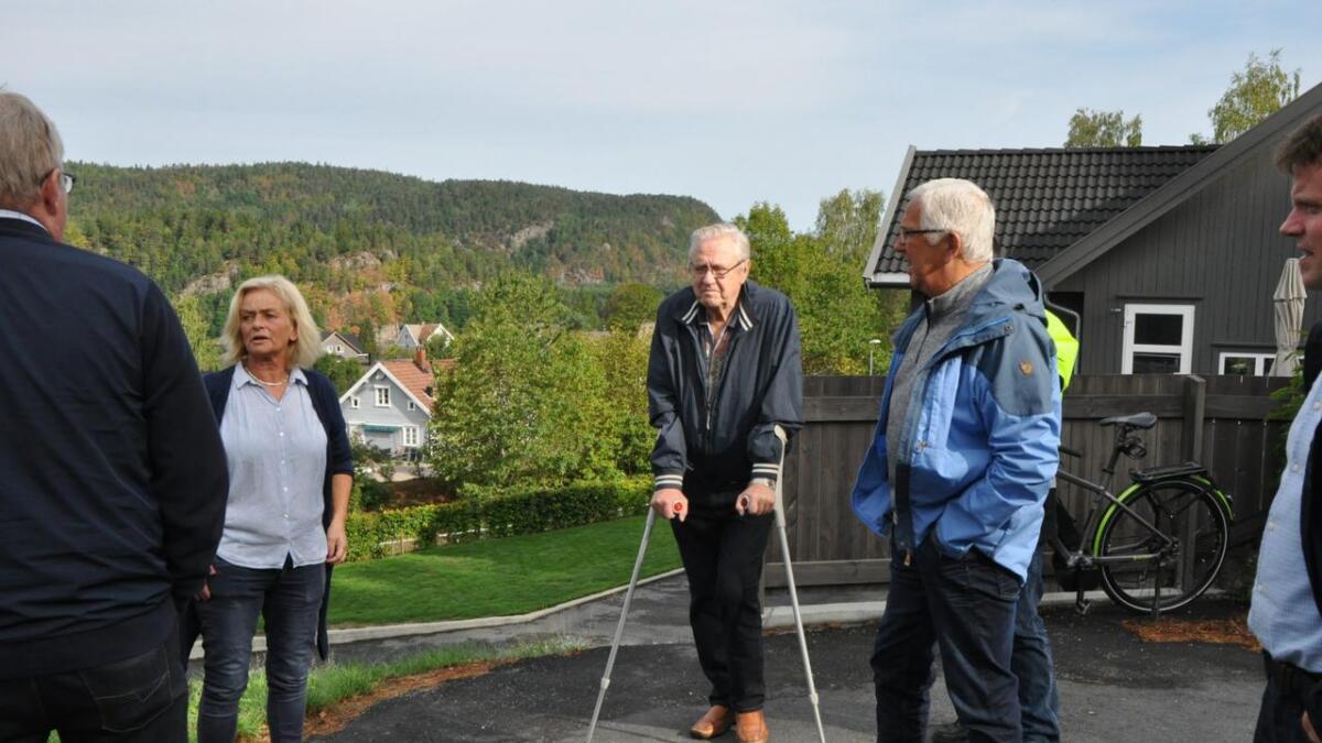 Olaf Vennesland (i midten) fikk ikke lov av Fylkesmannen å bygge hus i Kommeren, selv om politikerne sa ja.