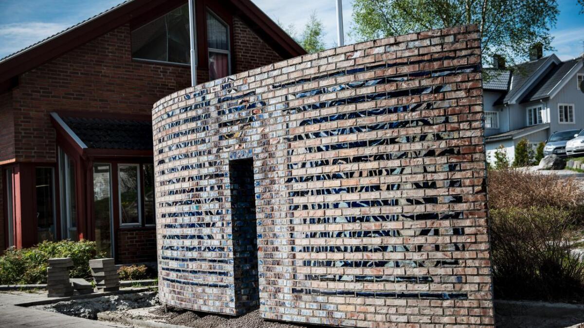 Kunstnaren Guttorm Guttormsgaard (1938–2019) brukte bitar frå Rolf Nesch sine materialbilete i teglsteinane som er nytta i Nesch-portalen utanfor Ål kulturhus.