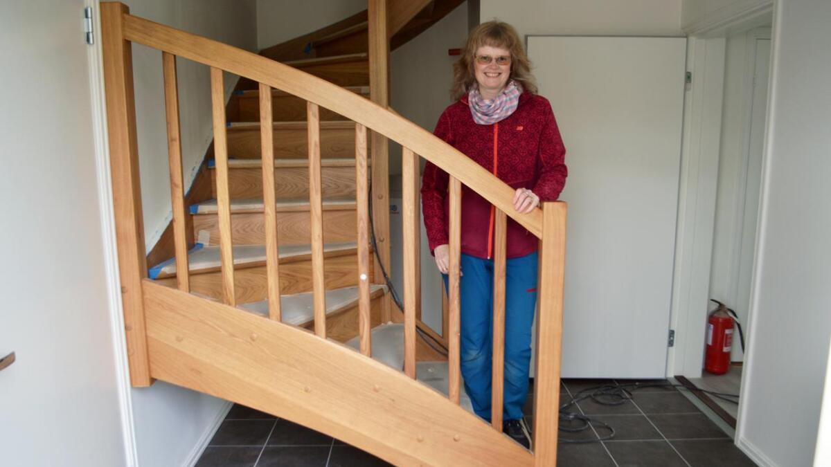 Detaljene er viktige for Ann Katrin Grimstad. Trappa til loftsleiligheten er hun godt fornøyd med.