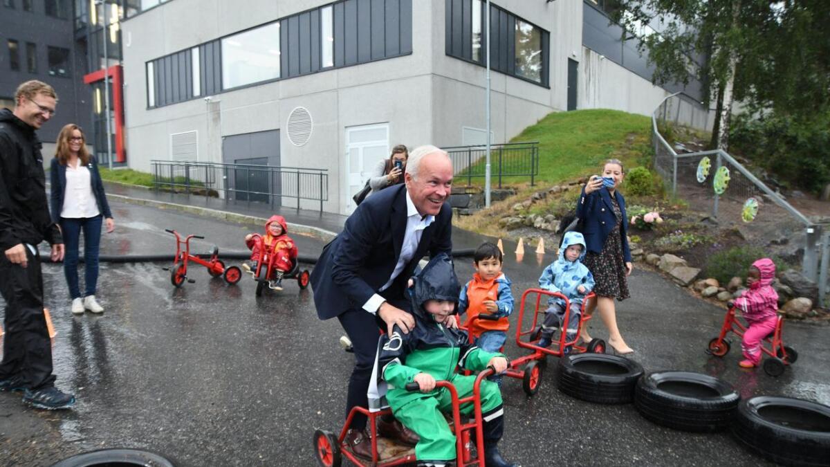 Elias (5) fikk den store oppgaven om å frakte kunnskaps- og integreringsminister Jan Tore Sanner trygt fra parkeringsplassen og inn til Hokus Pokus.