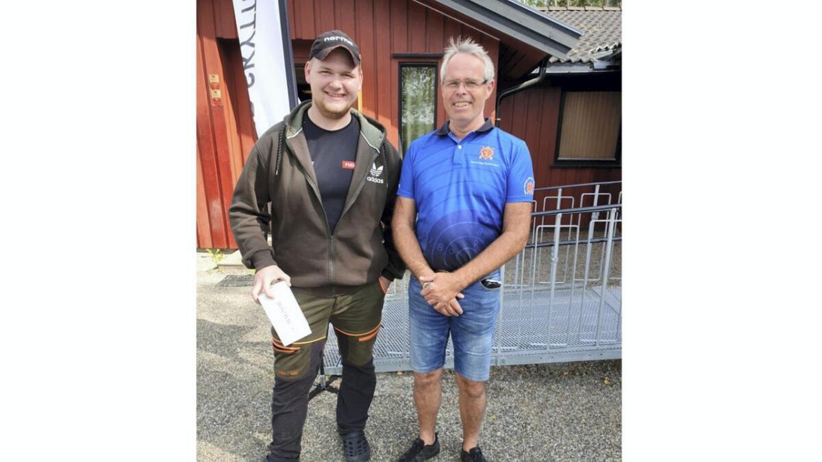Jesper Nilsstua (t.v.) og Knut Drognes, begge representanter for Raumnes Skytterlag, ble samlagsmestere i henholdsvis stang og V55.