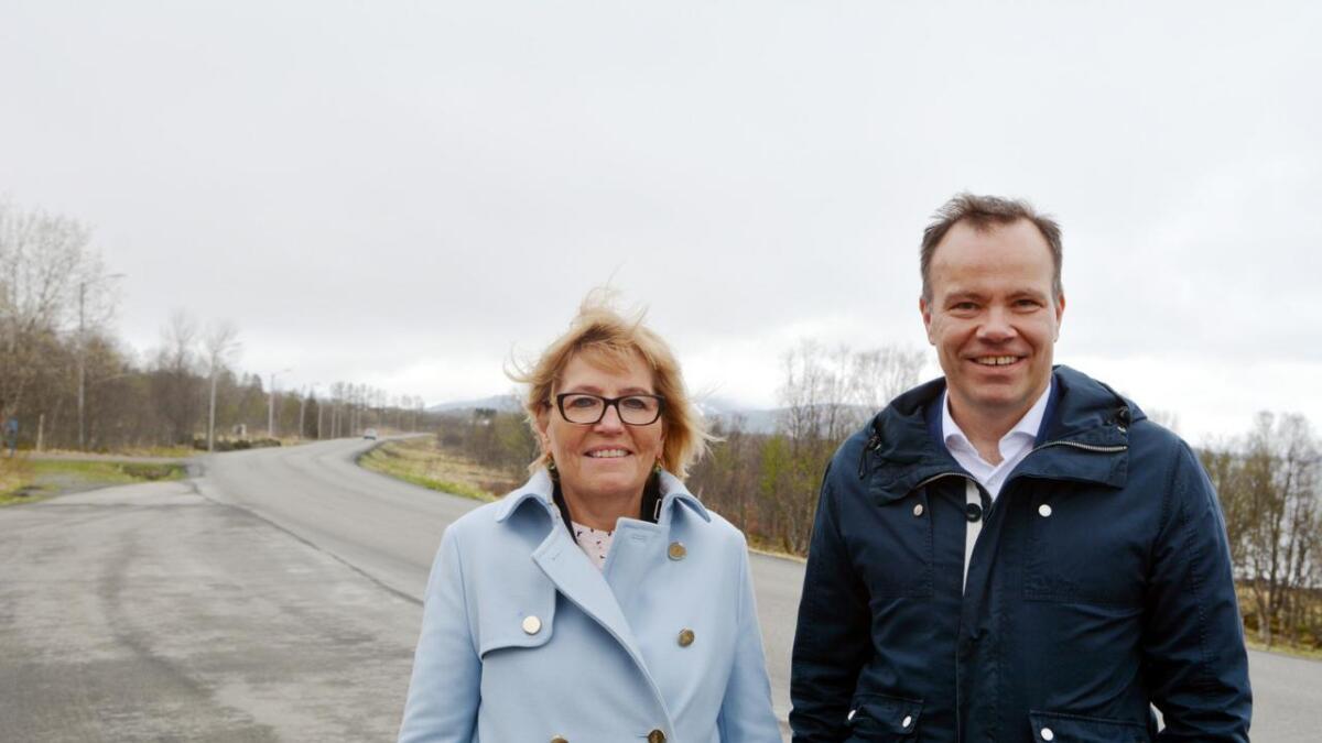 Ordfører i Sortland, Tove Mette Bjørkmo (Ap) og fylkesrådsleder i Nordland, Tomas Norvoll (Ap) med fv82 i bakgrunnen.