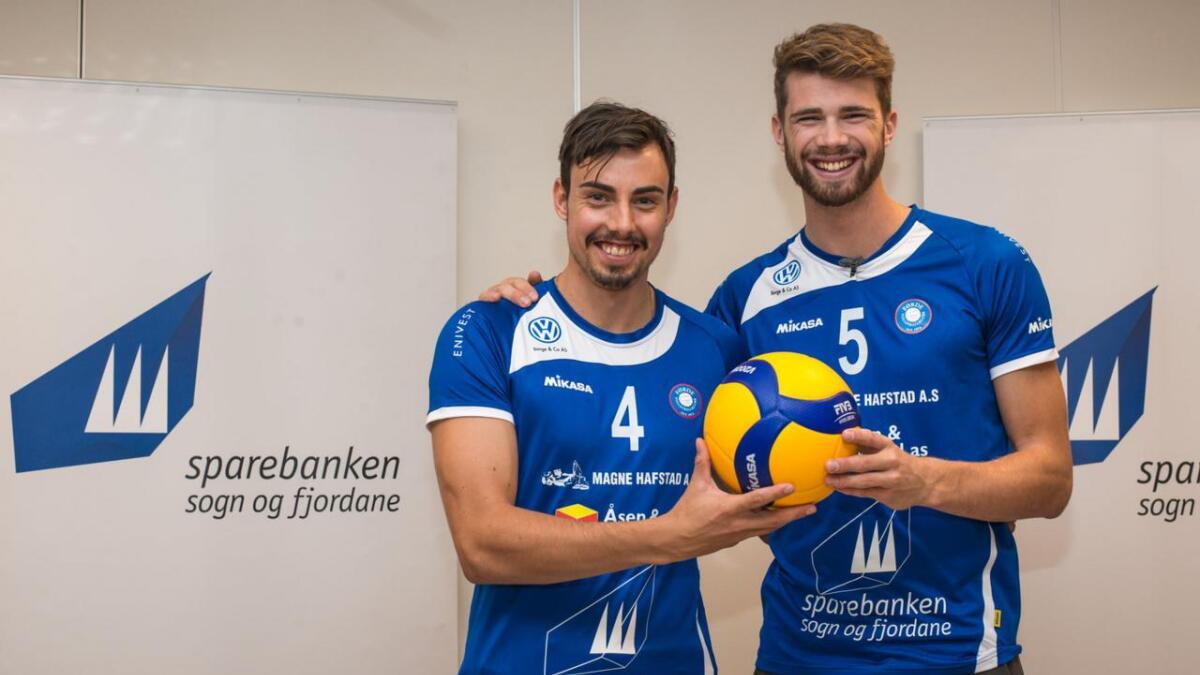 Anders Mol og fetter Mathias Berntsen er strålande nøgd med å få spela litt volleyball medan det er sesongpause på sandvolleyball-banane verda rundt. Her poserer dei i Førde-drakt like etter at dei signerte for klubben.