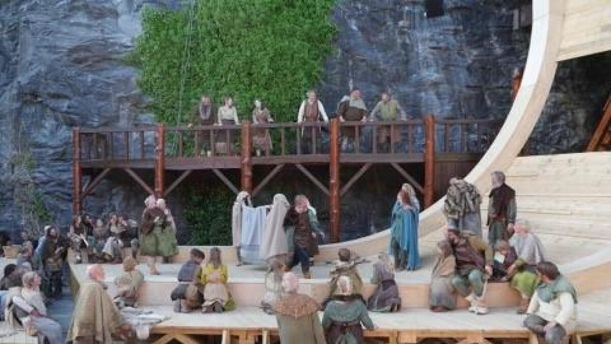 Moster Amfi har også fått ein veldig funskjonell, vakker scenografi som leiar tankane til vikingskipa.