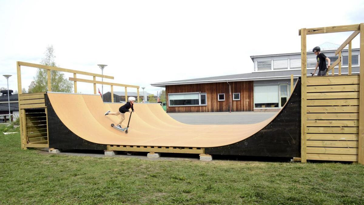 Her er Iver Korsvoll Evensen i aksjon på Nes Rullebrettklubbs nye og populære rampe.