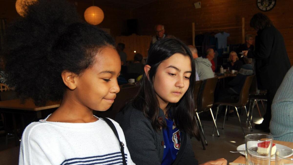 Therese og Jasmine hadde tatt turen fra Lødingen tettsted for å være med på lørdagens basar på Strand. I tillegg til saft og ostekake hadde de unge jentene kjøpt årer som de håpet skulle bringe vinnerlykke.