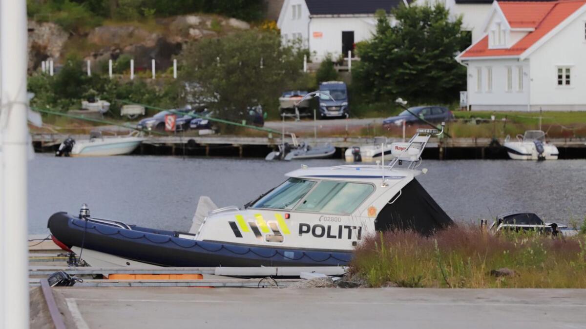 Politiet patruljerte til sjøs natt til lørdag. Her er båten i Arendal.