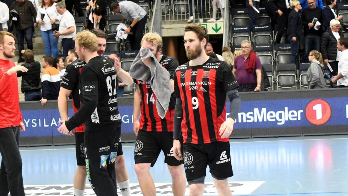André Lindboe og ØIF Arendal fikk bank med 22-30 i Terningen Arena onsdag kveld. Nå leder Elverum 2-0 i kamper, og har tre matchballer til å sikre seg sitt åttende strake sluttspillgull i håndball. Bak ham kommer kaptein Eirik Heia Pedersen som begraver skuffelsen i et håndkle.