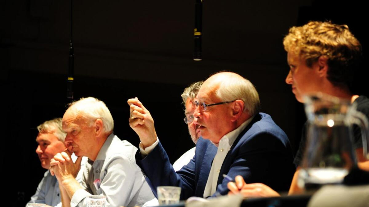 Politikarane vart fort varme i trøya under distriktsdebatten på Rødberg. F.v. Trond Helleland (H), Per Olaf Lundteigen (Sp), Morten Wold (Frp), Martin Kolberg Ap) og Kristine Nore (V).