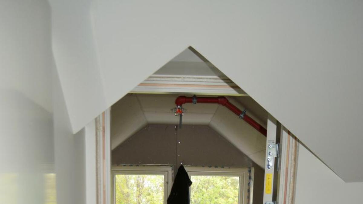 Et gammelt hus har personlighet og krever spesialtilpassede løsninger, som her i inngangen til soverommet i loftsleiligheten.