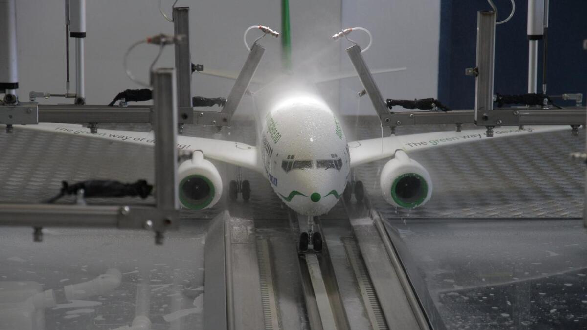 MSG Deice har laget en fungerende modell av avisingsmaskinen. Den har fast plass inne i terminalbygget.