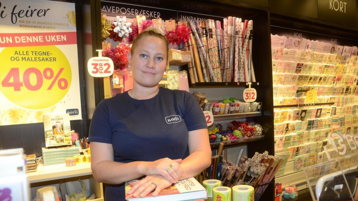 – Butikksjef Silje Marie Eidal har arbeidd i bokhandelen i 25 år. – Trist, seier ho om nedlegginga.