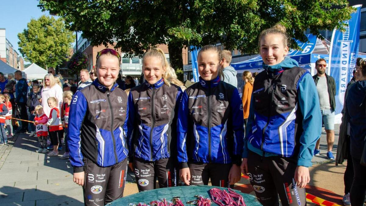 Ida Roland, Camilla Nygård, Helene Sløgedal og Thea Nygård, som alle representerer Vindbjart Ski, hadde ansvaret for å dele ut medaljer til samtlige deltakere.