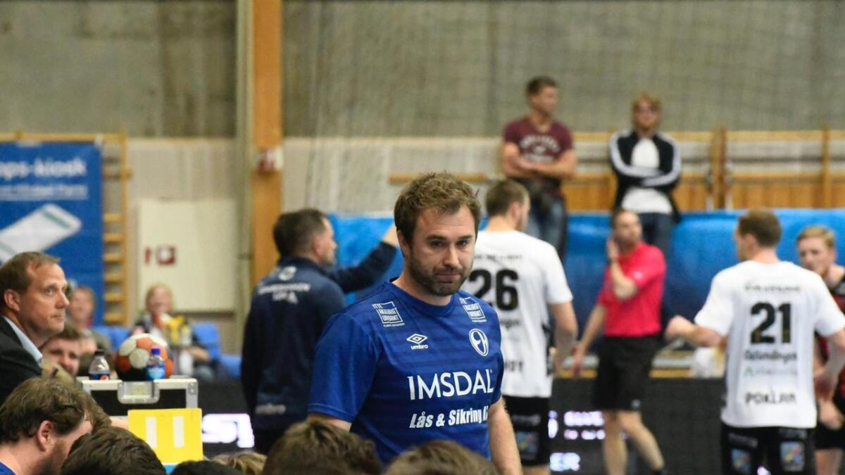 Elverum-trener Michael Apelgren under 30-22-seieren over ØIF Arendal i Terningen Arena onsdag. Elverum vant 30-26 i den første kampen, og laget har nå tre forsøk på vinne sluttspillet for åttende sesong på rad.